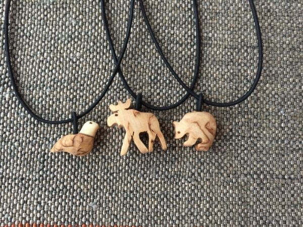 Halsband med djursmycke i trä